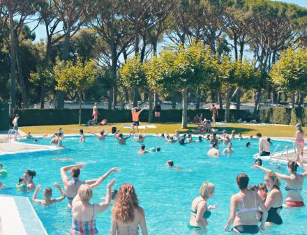 Aquazumba in het zwembad van Camping Valldaro