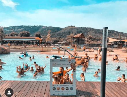 Kinderen poseren in het zwembad met een Instagram-frame