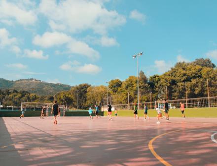 Jonge mensen spelen op een voetbalveld