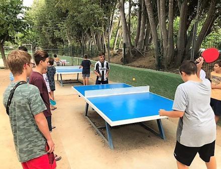 Jongeren spelen pingpong op de camping
