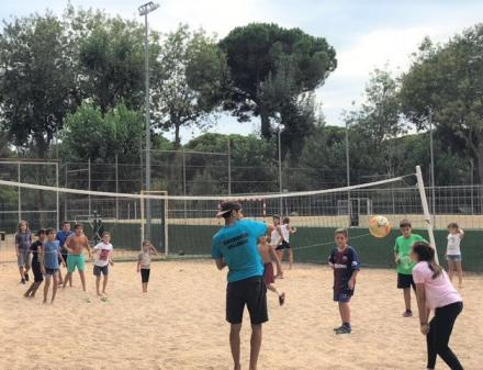 Enfants jouant au volleyball
