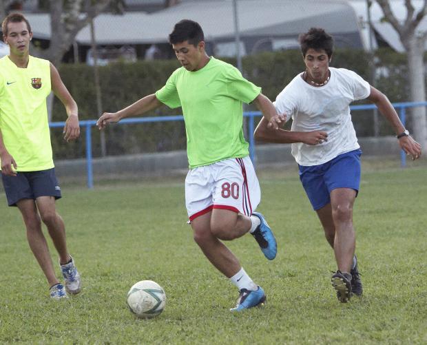Jonge mensen voetballen