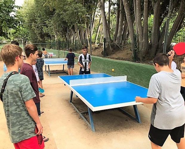 Nens jugant tennis de taula