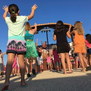 Niños bailando en la minidisco