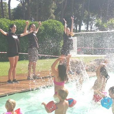 Water games in the pool of Camping & Bungalows Valldaro