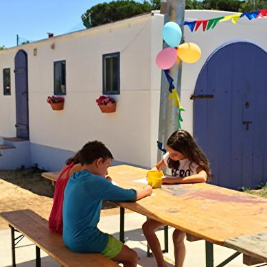 Children sitting in front of the little house in Darona