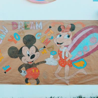 Pancarta  de Mickey dibujada por niños