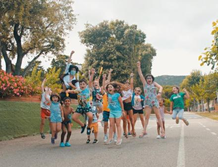 Kinderen springen door de kampeerstraten