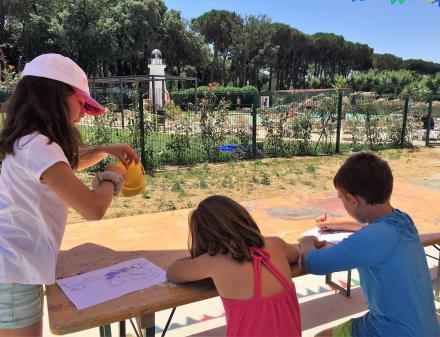 Kinderen buiten schilderen