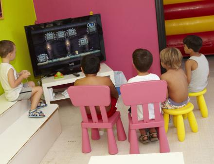 Kinderen die videogames voor kinderen spelen
