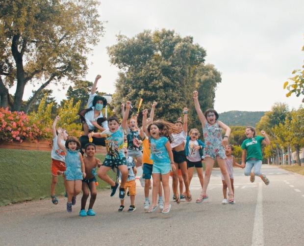Kinderen springen en vermaken zich op Camping Valldaro
