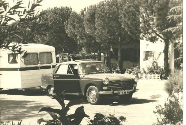 Car with caravan in the 60s - History of Camping Valldaro