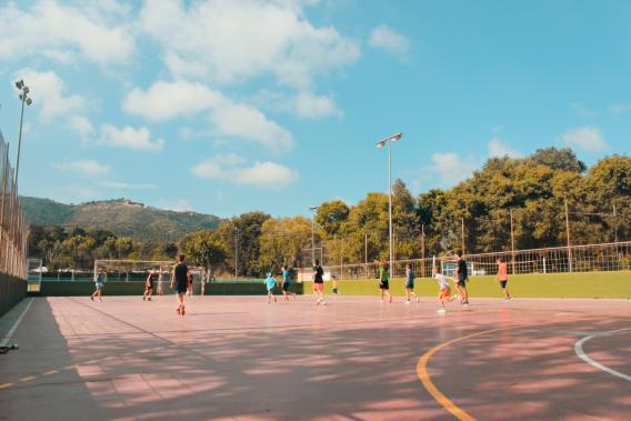 Nens jugant a futbol