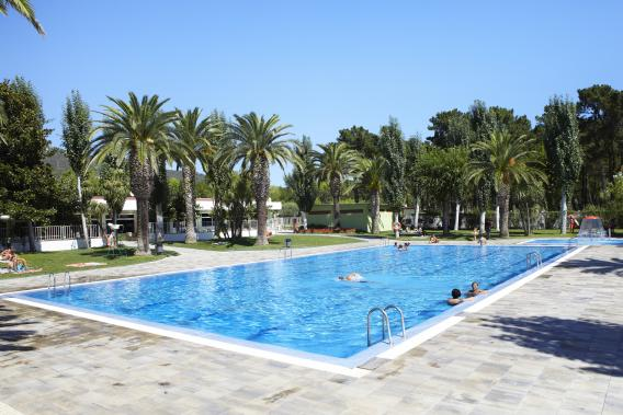 Groot zwembad op Camping Valldaro
