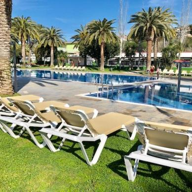 Tumbonas en la piscina del Valldaro