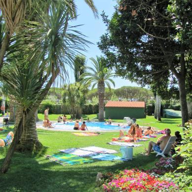 Zona descanso piscina Valldaro
