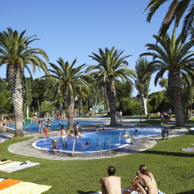 Piscina con zona ajardinada Camping & Bungalows Valldaro