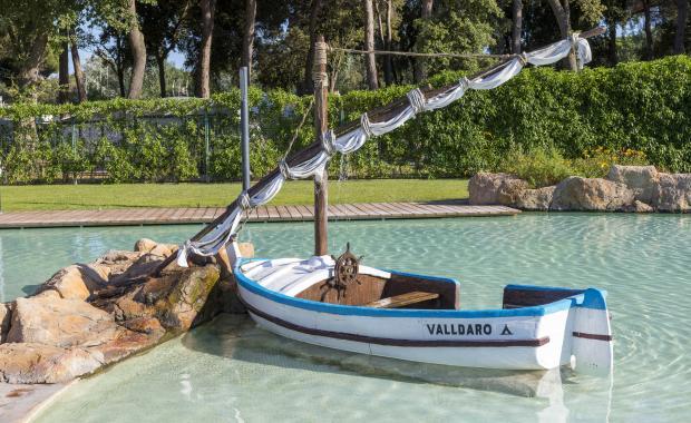 Boot in het zwembad van de camping