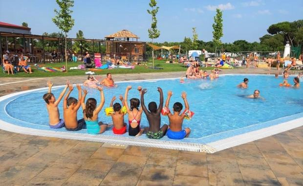 Kinderen in het zwembad van Camping Valldaro