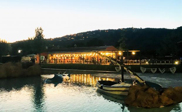 Decoratieboot in het campingzwembad bij zonsondergang