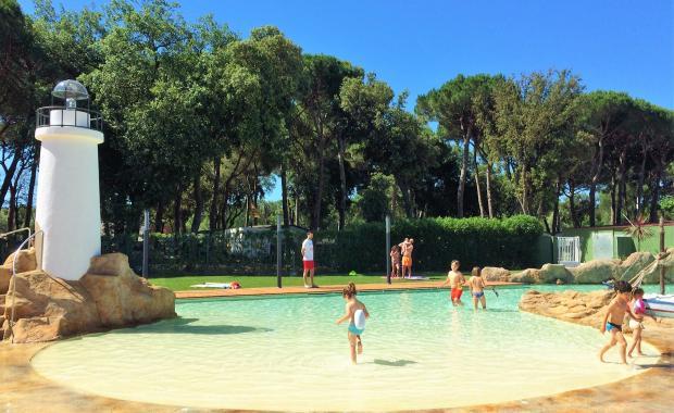 Zwembad van het strandtype met kinderen
