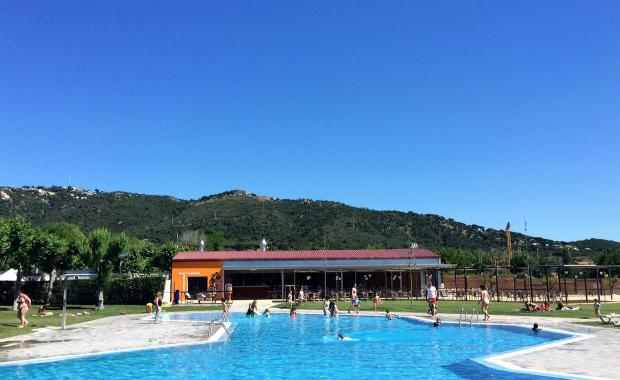 Restaurant and swimming pool of the Camping Valldaro