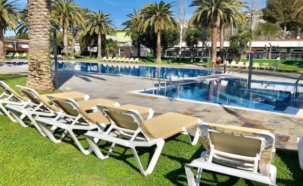 Ligstoelen bij het zwembad van Camping Valldaro