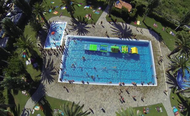 Luchtfoto van het zwembad van Camping Valldaro