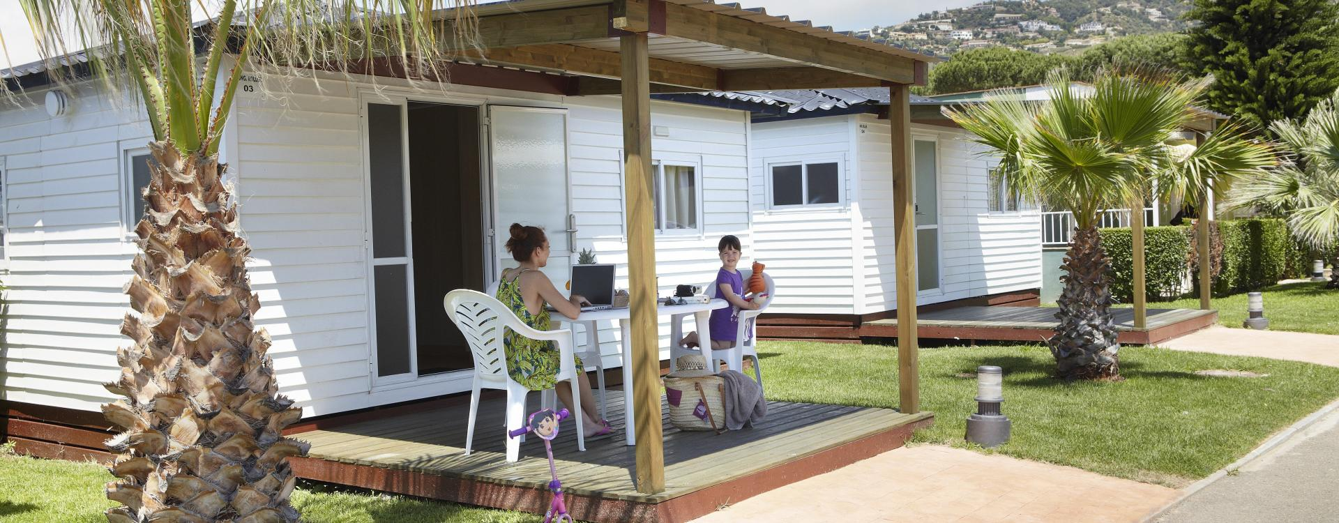 Família a l'exterior del Bungalow Ridaura