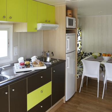Kitchen and dining room of the bungalow at Camping Valldaro
