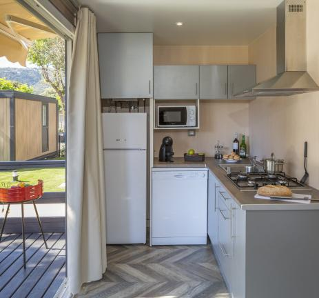 Kitchen and terrace Bungalows S'Agaró - Camping Valldaro