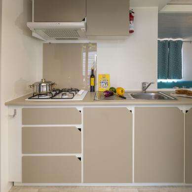 Equipped kitchen - Interior mobile homes of the Camping & Bungalows Valldaro