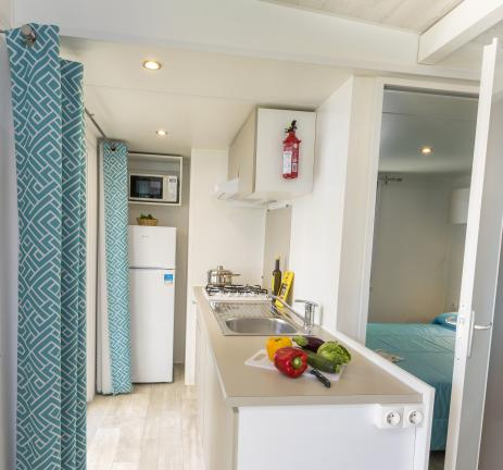 Equipped kitchen of the Mobil Home Empordà - Camping Valldaro