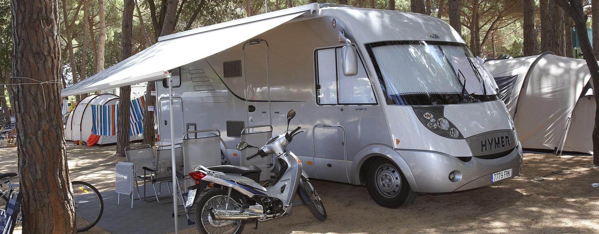 Camping-car sur un terrain ombragé à Playa de Aro