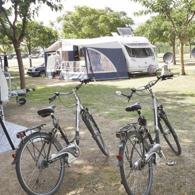 Bici en la zona de caravanas del Camping & Bungalows Valldaro
