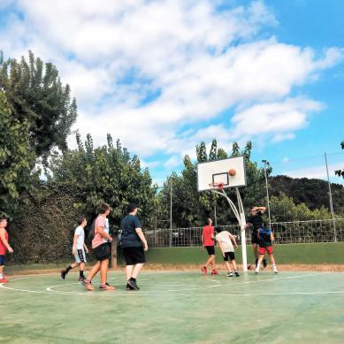 adolescente jugando a baloncesto