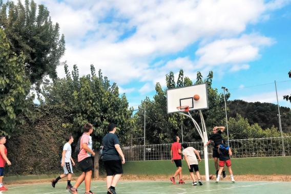 Nens jugant un partit al Camping Valldaro